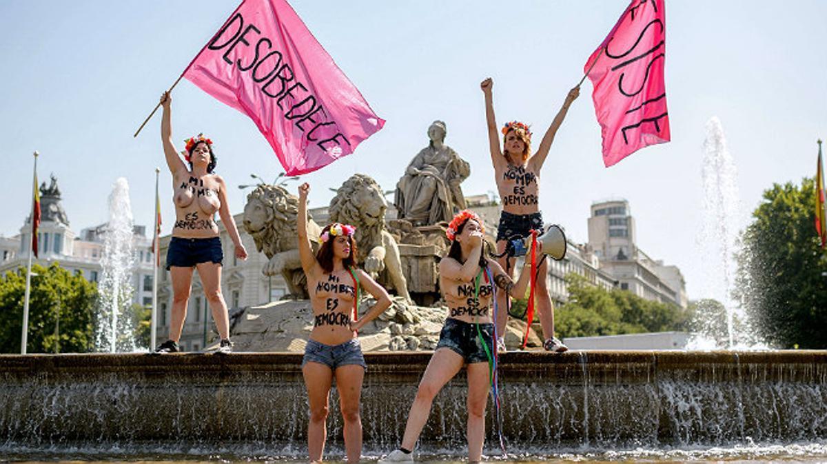 Las activistas de Femen han protestado contra la 'ley mordaza' en la fuente Cibeles, en Madrid.