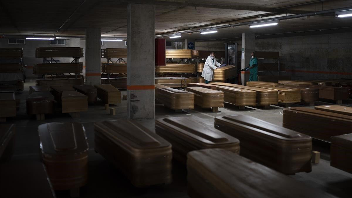 Ataúdes dispuestos en el aparcamiento del tanatorio de Collserola, en Barcelona,en plena pnademia de coronavirus, el pasado 2 de abril.