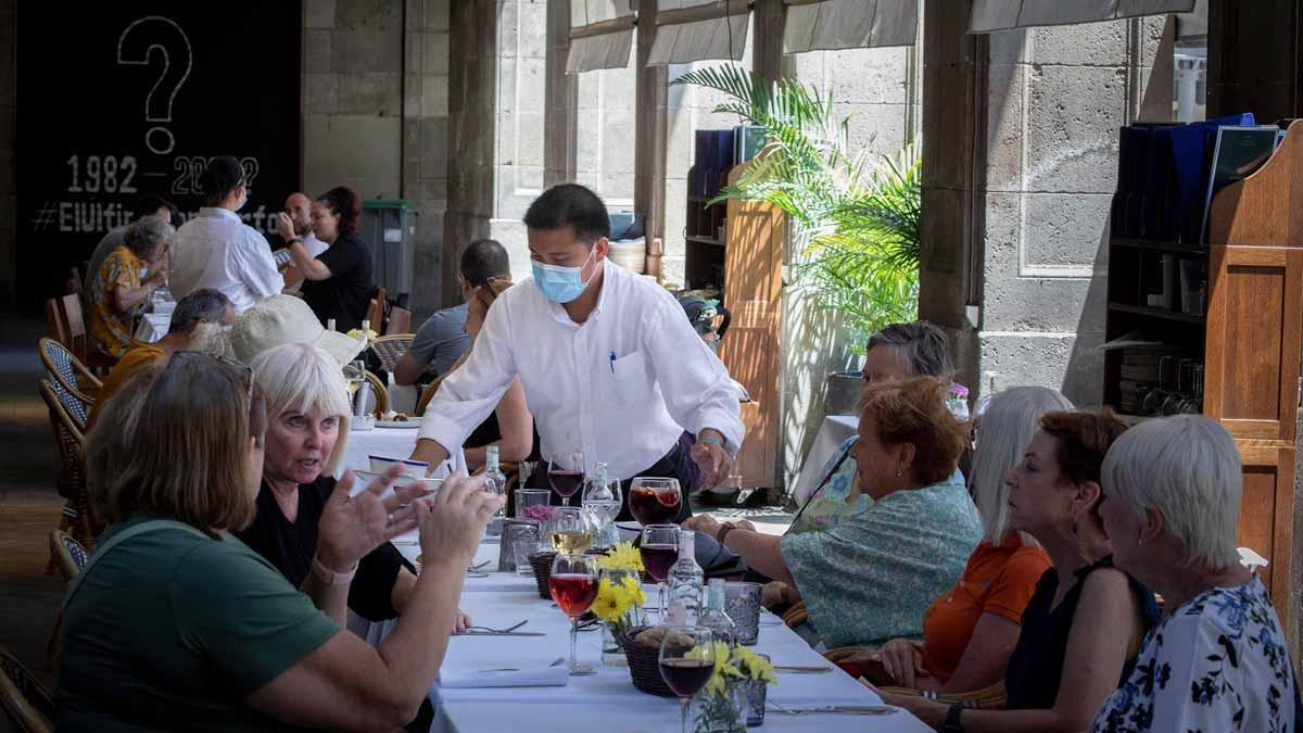 Comensales en la terraza de un restaurante en la plaza Reial de Barcelona.