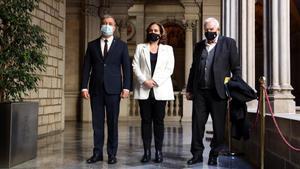 Jaume Collboni, Ada Colau y Ernest Maragall, durante la presentación de los presupuestos de Barcelona