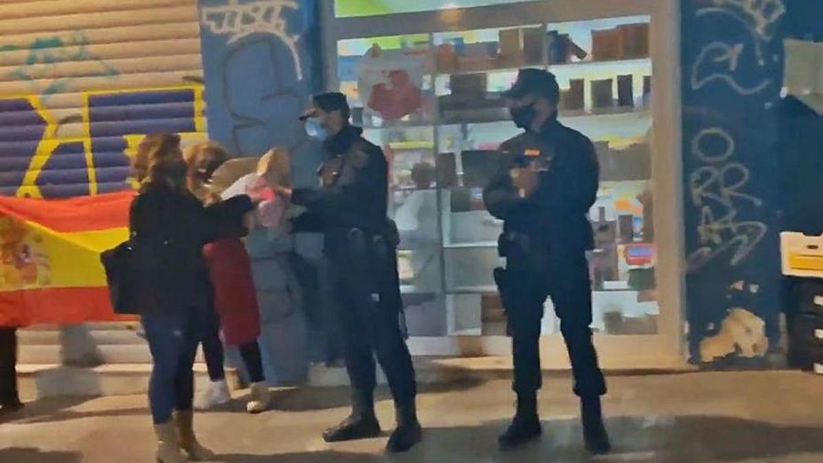 Fotograma del vídeo del momento en que dos agentes de la Policía Nacional reciben el ramo, en València.