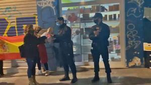 La Policia de València prohibeix als seus agents acceptar regals després de rebre flors en un acte ultra