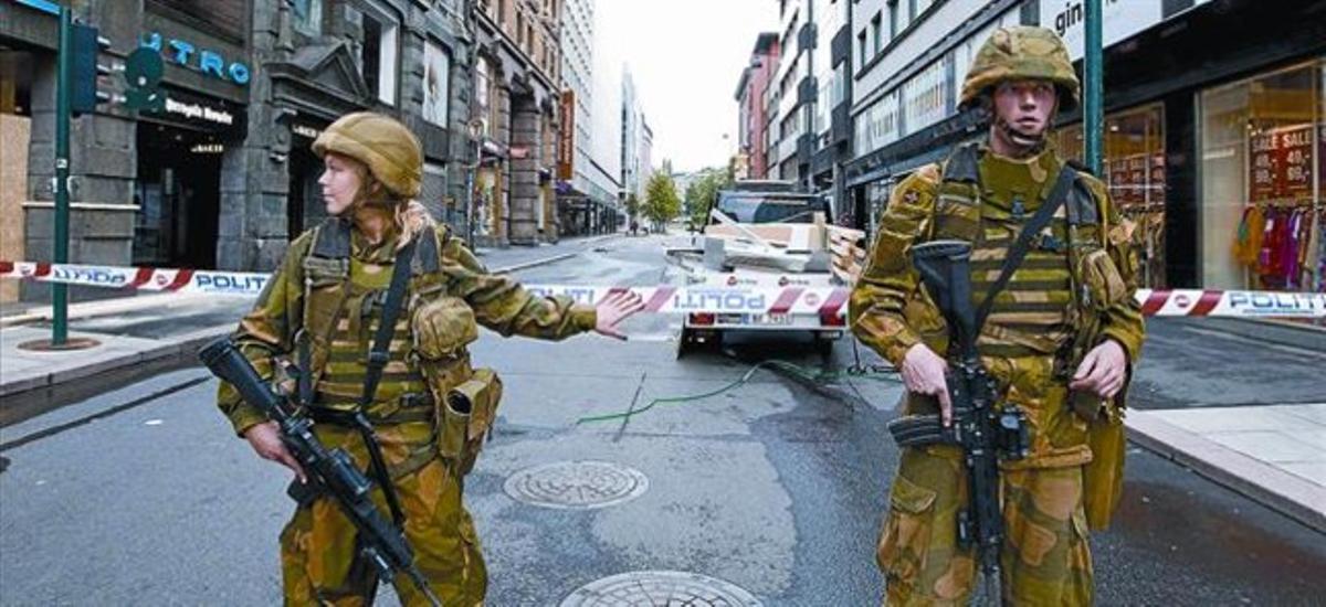 Seguridad extrema 8 Dos soldados noruegos a la entrada del área acordonada de la capital noruega, ayer.