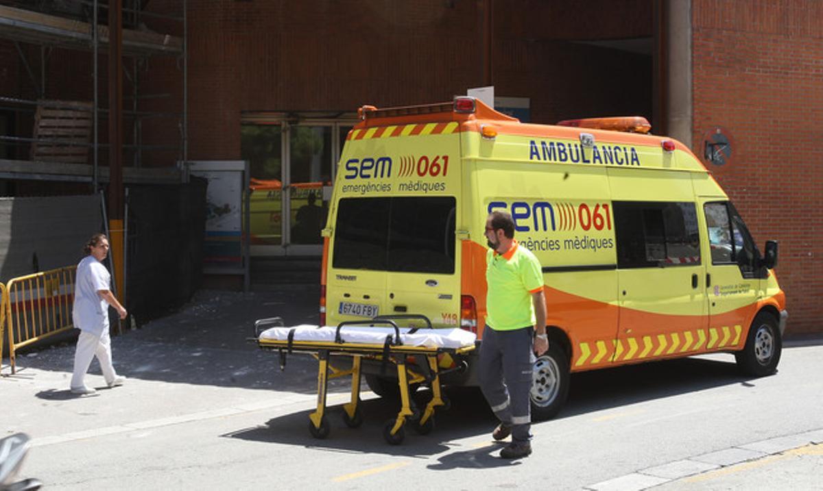 Una ambulància, a las puertas delHospital Vall d'Hebron.