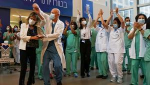Personal sanitario israelí, de celebración tras recibir la vacuna contra el coronavirus.