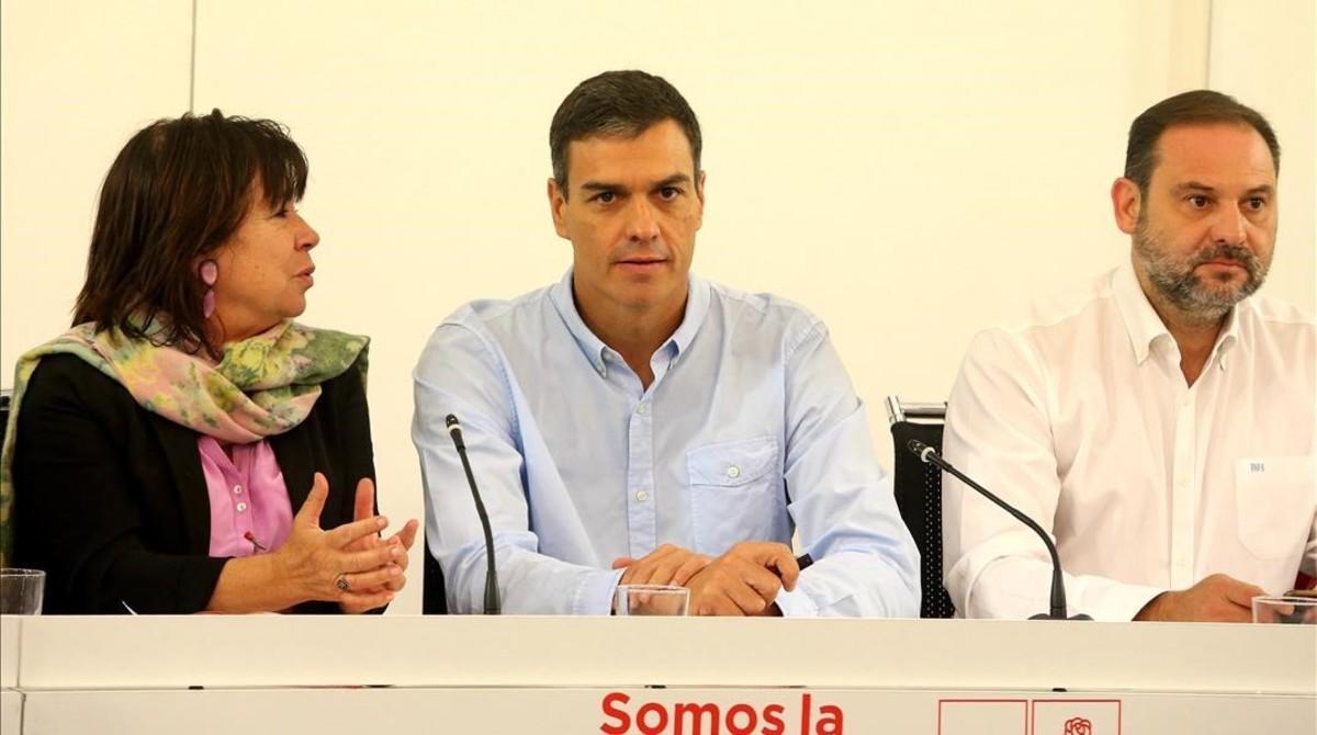 Pedro Sánchez, junto a sus principales colaboradores, este lunes.