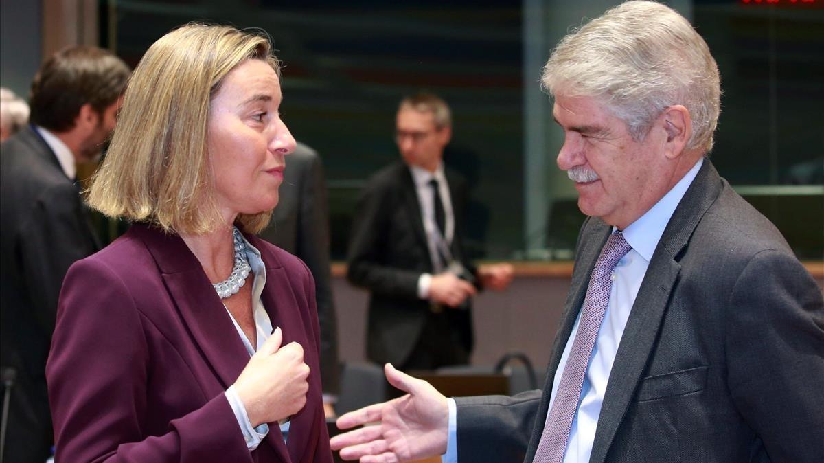 El ministrode Asuntos Exteriores, Alfonso Dastis, conversa con la jefa de la diplomacia europea, Federica Mogherini.