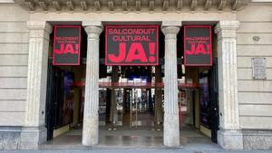 Carteles reclamando el salvoconducto cultural en el Teatre Poliorama.