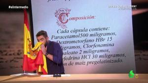Imagen del polémico 'sketch' de Dani Mateo en 'El Intermedio' en el que se suena con la bandera española.