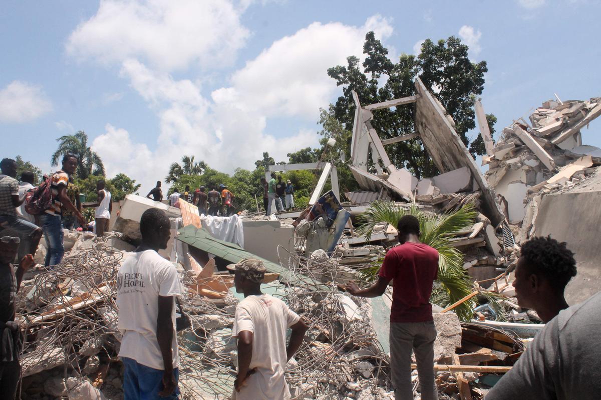 Operiarios buscan víctimas entre los escombros en Les Cayes (Haití).