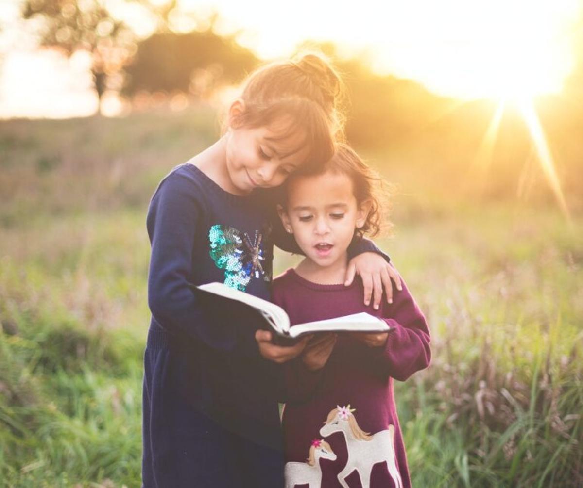 Los niños confían en lo que escuchan y los adultos en lo que ven
