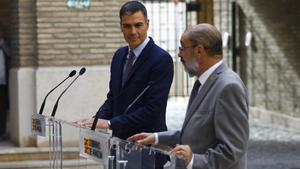 El presidente del Gobierno, Pedro Sánchez, y el presidente de Aragón, Javier Lambán, durante su comparecencia conjunta ante los medios tras analizar la candidatura Pirineus-Barcelona para los Juegos Olímpicos de Invierno de 2030, este 16 de septiembre de 2021 en Zaragoza, en el Edificio Pignatelli.