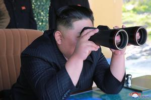 Kim Jong-un observa un simulacro de ataque de unidades militares.