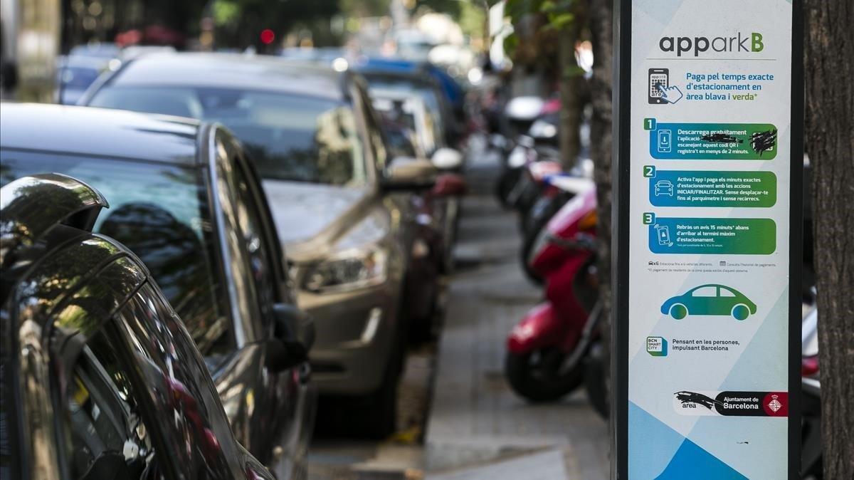 Coches aparcados en una zona azul de Barcelona