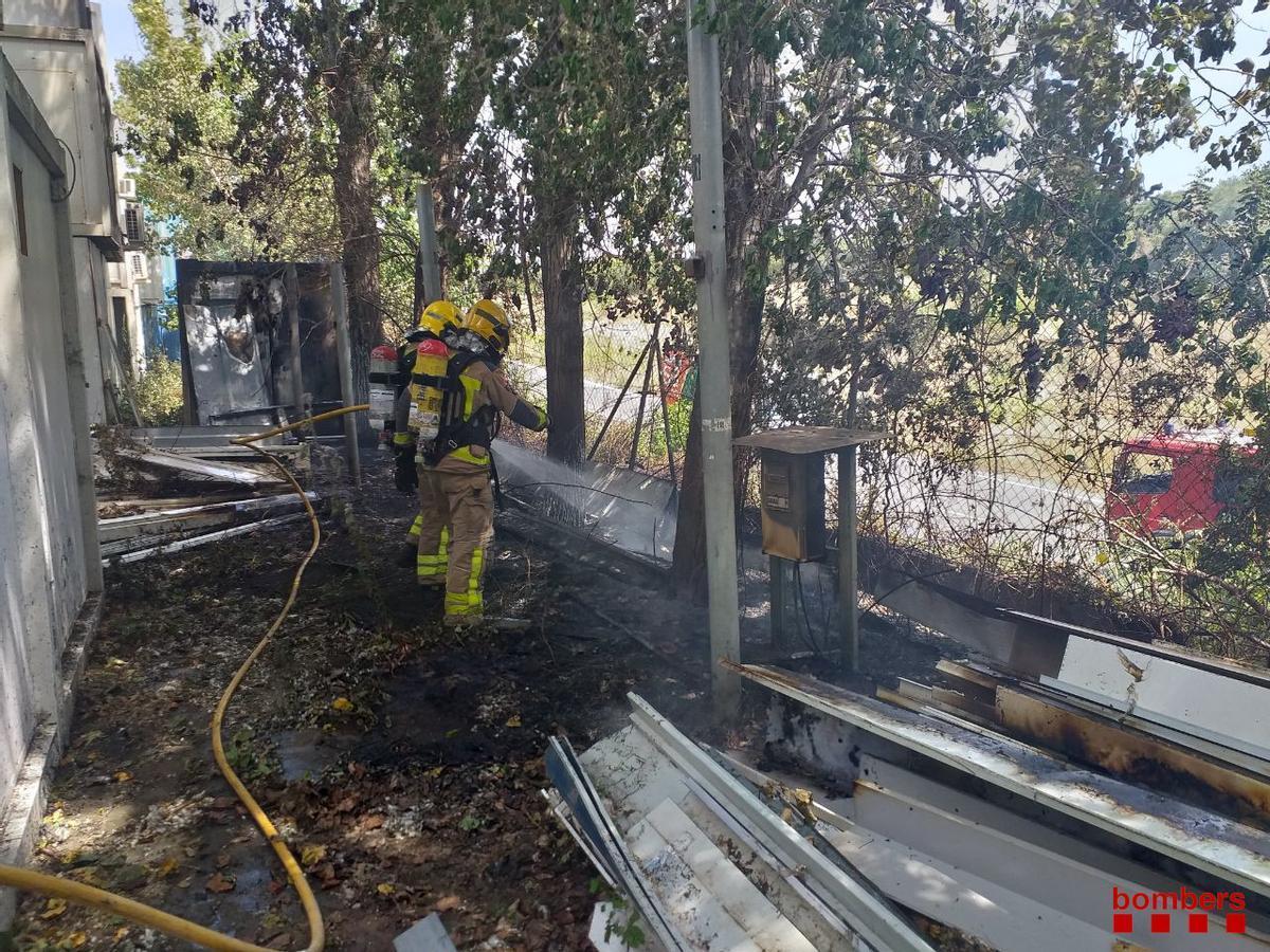 Un incendio quema 200 metros de matorrales en la Riera del Fonollar de Sant Boi