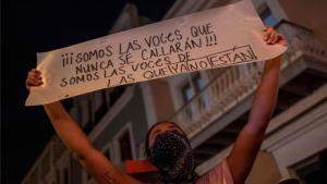 Mujeres en Puerto Rico protestan por el aumento de feminicidios.