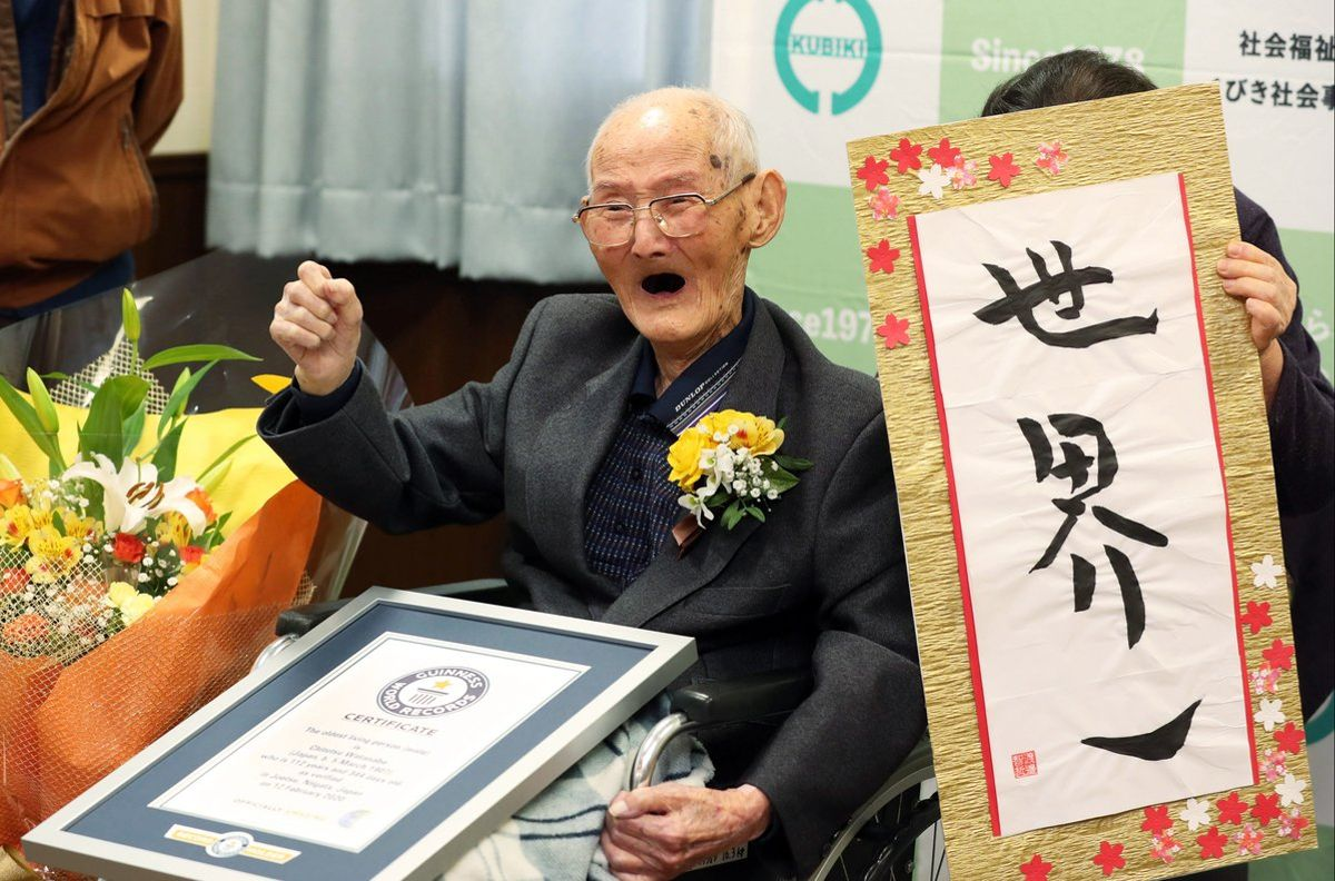 Joetsu (Japan), 12/02/2020.- Japanese 112-year-old Chitetsu Watanabe poses for photographers in Joetsu, Niigata Prefecture, Japan, 12 February 2020. Chitetsu Watanabe has been recognized as world's oldest living man by Guinness World Records. The characters on the right read 'World Number One'. (Japón) EFE/EPA/JAPAN POOL JAPAN OUT EDITORIAL USE ONLY/ NO ARCHIVES
