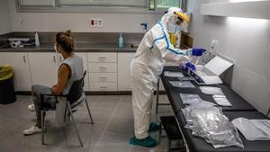 Una mujer se hace un test PCR para detectar el coronavirus en un CAP de Barcelona.