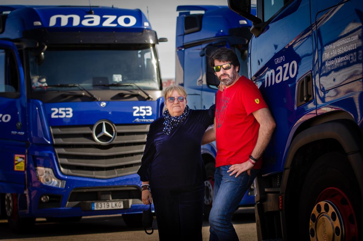 Ana Martínez y Sergio Sánchez, transportistas de GrupoMazo, en la base logística de Alzira (Valencia).