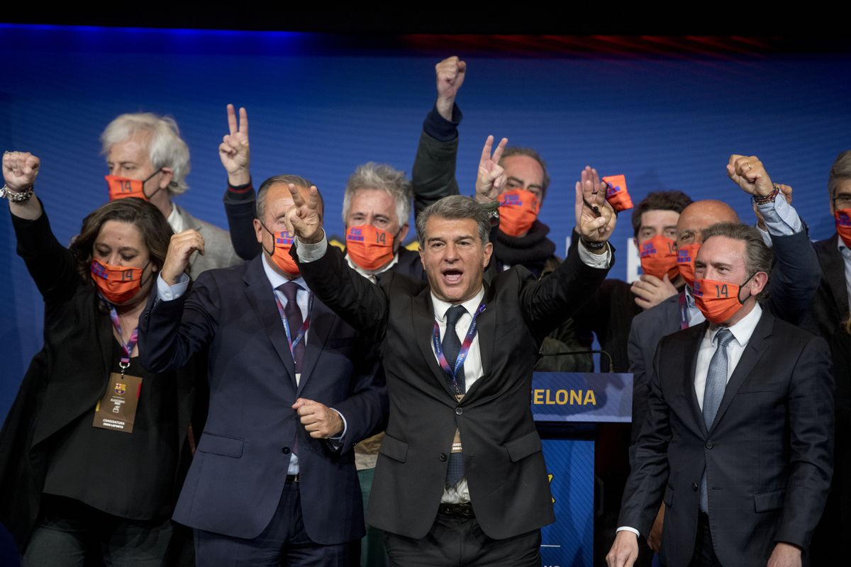 Joan Laporta y su equipo de campaña celebran la victoria.