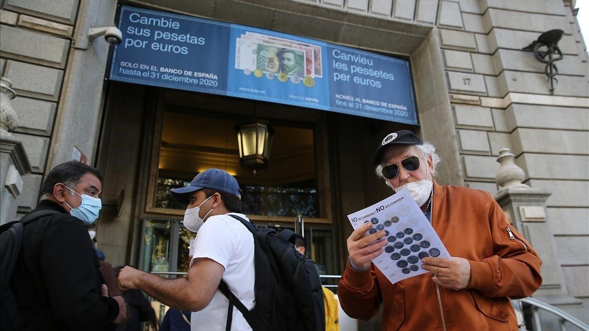 La sede del Banco de Españaen Barcelona, con algunas personas haciendo cola para cambiar pesetas por euros.