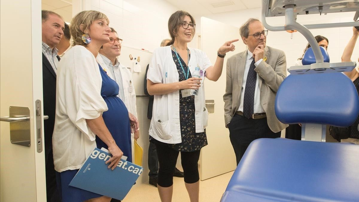 El 'president' Torra y la 'consellera' Vergés en la visita al nuevo CAP de La Mina, en Sant Adrià.