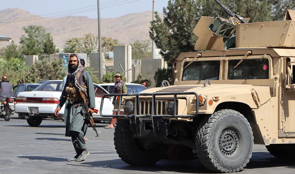 Talibanes armados controlan el accedo al aeropuerto de Kabul el pasado mes de agosto.