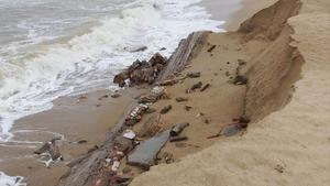 El temporal descobreix restes d'edificacions antigues a la platja de Badalona