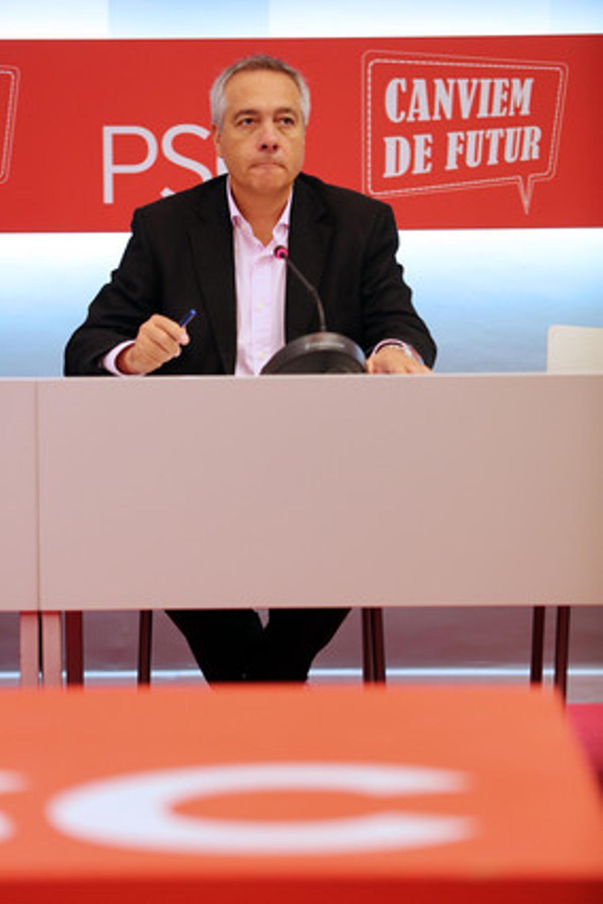 Pere Navarro, primer secretario del PSC, interviene en la reunión del Grupo Parlamentario Socialista en la sede del partido.