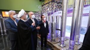 El Presidente iraní Hassan Rouhani junto  al jefe de la organización nuclear iraní Ali Akbar Salehi en una exhibición de logros nucleares