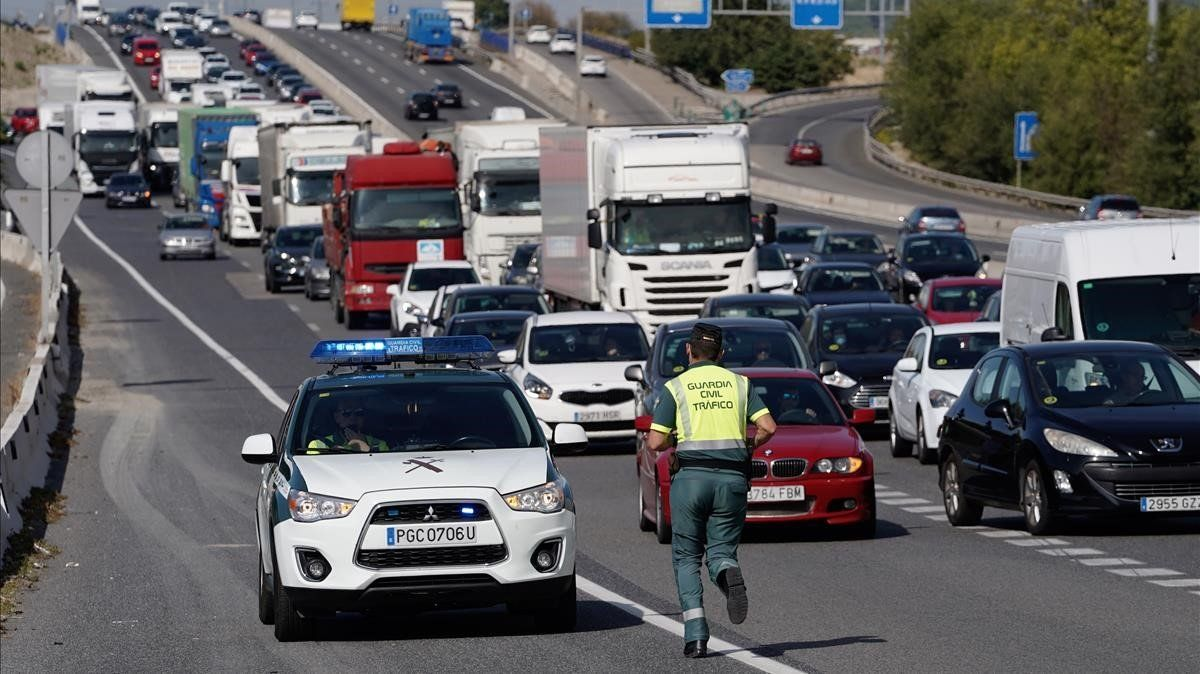 Guardia civil en la autovia A4 a la salida de Madrid.
