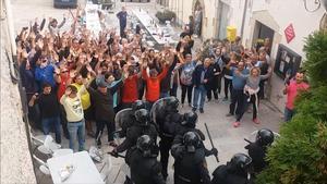 Imagen de un momento del enfrentamiento entre vecinos de la localidad de Aiguaviva y la Guardia Civil que recoge el reportaje de TV-3 'Marcats per l'1 d'octubre'.