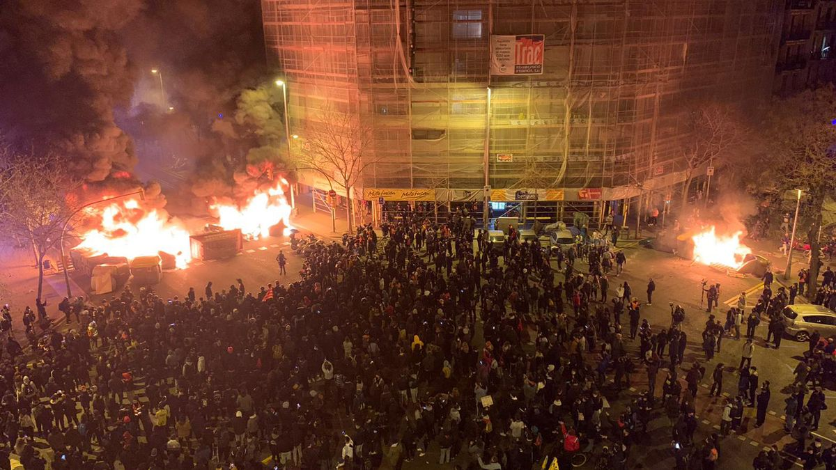 Tercer dia de disturbios en Barcelona. En las imágenes, el cruce de la calle de Aragó con Bailén.