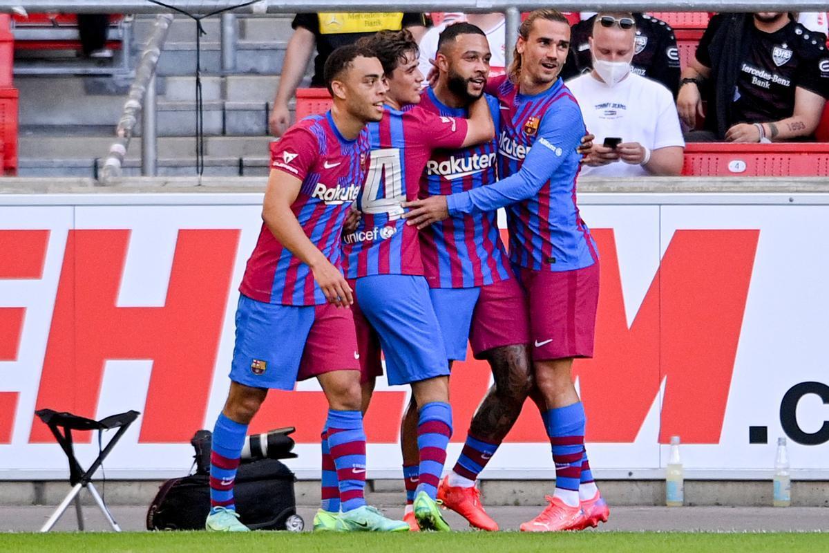 Dest, Gavi y Griezmann felicitan a Memphis Depay por su gol.