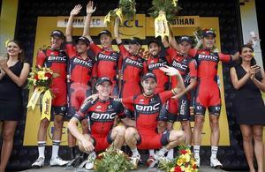 El equipo BMC, con Samuel Sánchez agachado a la derecha, en el podio como ganador de la contrarreloj por equipos del Tour.