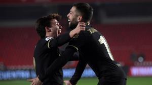 Riqui Puig felicita a Jordi Alba, que asiste a Messi en el 1-6 del Barça en Anoeta.