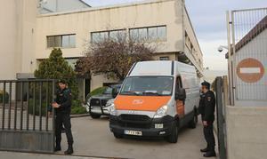 Agentes de la Guardia Civil en el registro de la sede de Unipost en LHospitalet, este jueves.