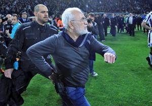 El presidente del PAOK griego invade el terreno de juego portando una pistola en su cintura