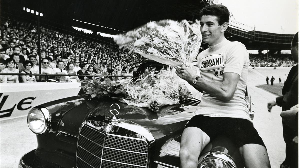 Felice Gimondi celebra uno de sus tantos éxitos.
