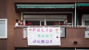 Pancartas y libros en un balcón del barri de Fort Pienc, en Barcelona, este Sant Jordi confinado.