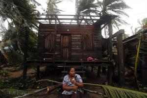 Una mujer fuera de su casa destrozada por un huracán en Nicaragua.