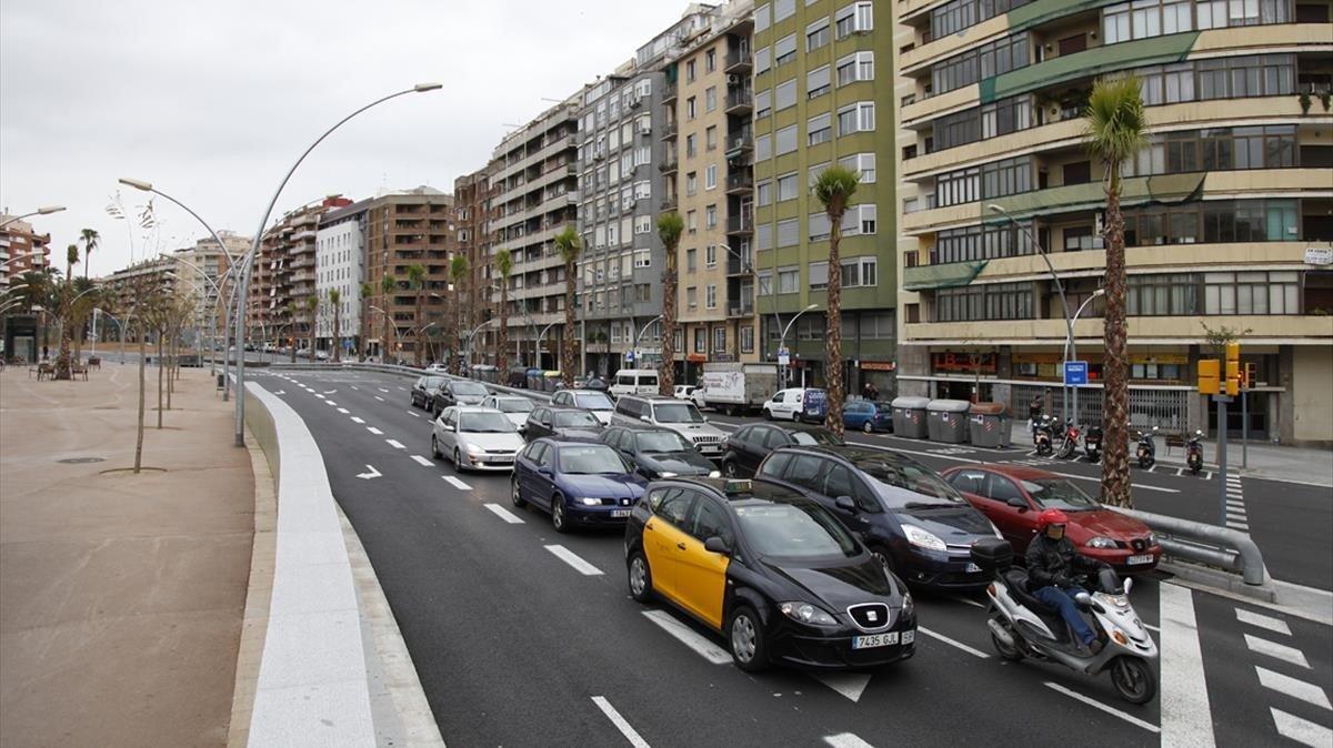 Vehículos parados en un semáforo en la Ronda del Guinardó de Barcelona.