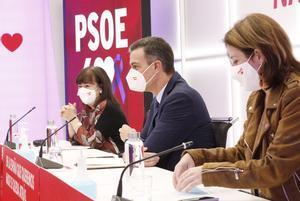 Pedro Sánchez, con la presidenta y la vicesecretaria general del PSOE, Cristina Narbona y Adriana Lastra, este 23 de noviembre en la reunión de la permanente de la ejecutiva, en Ferraz.