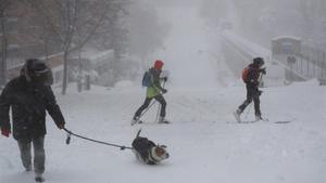 Viandantes en una calle cubierta de nieve en Madrid  este sábado  La Comunidad de Madrid ha despertado este sabado cubierta con una espesa manta de nieve