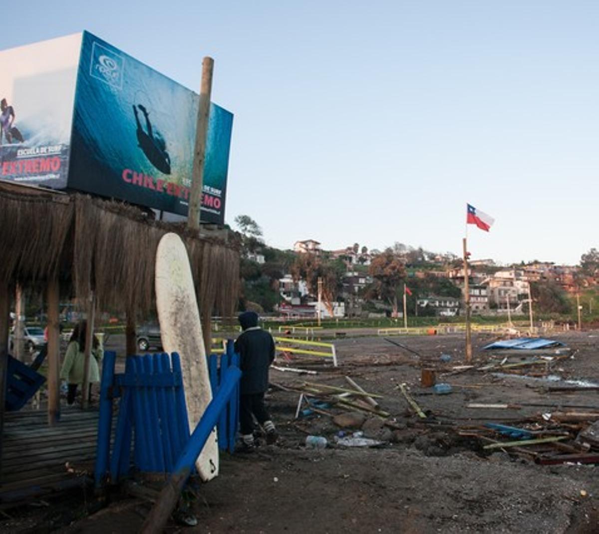 Vista de los escombros que han quedado en la población de Concon, a 100 kilómetros de la capital de Chile, tras el grave seísmo del miércoles.