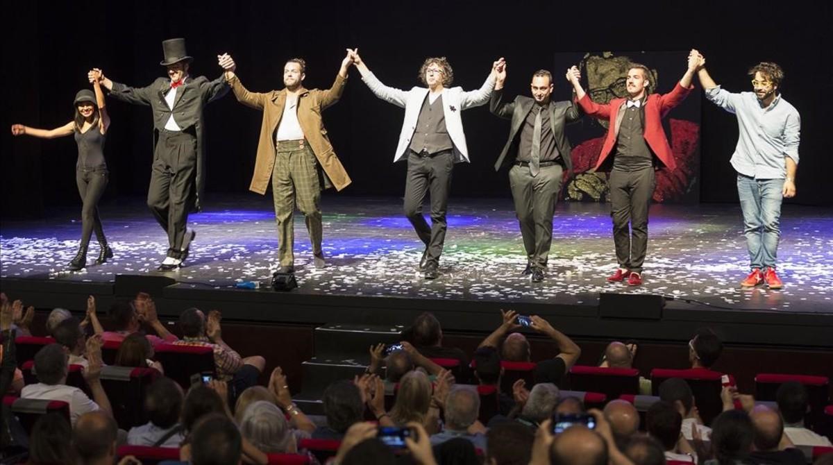 Los magos premiados y en el centro el presentador, Isaac Jurado, en la gala de clausura del Congreso Mágico Nacional, celebrado en Manresa.