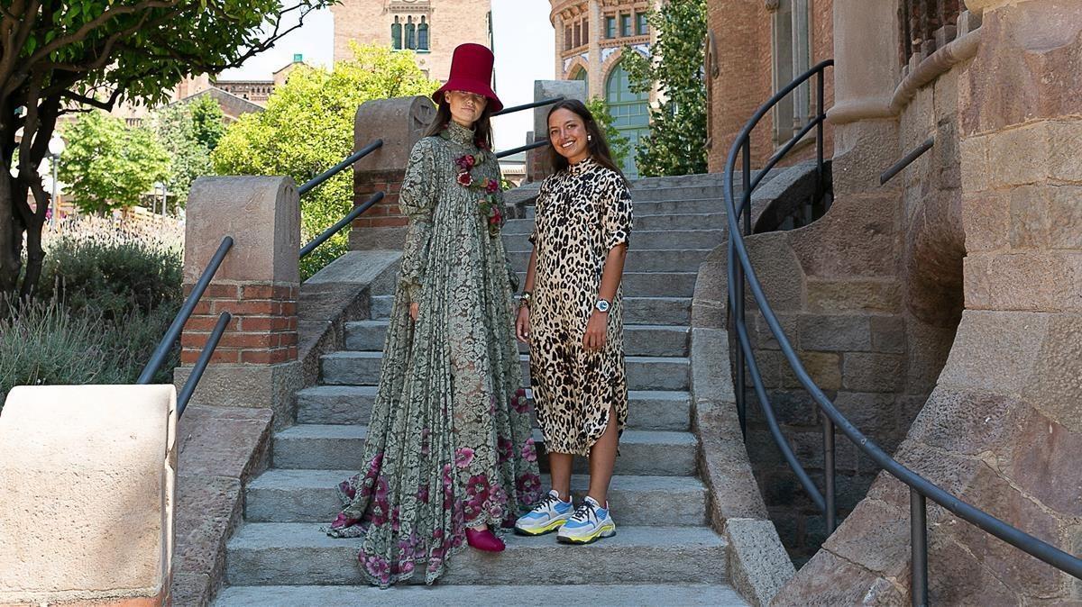 Inés Monjo, junto a uno de sus diseños, en el Recinte Modernista de Sant Pau.