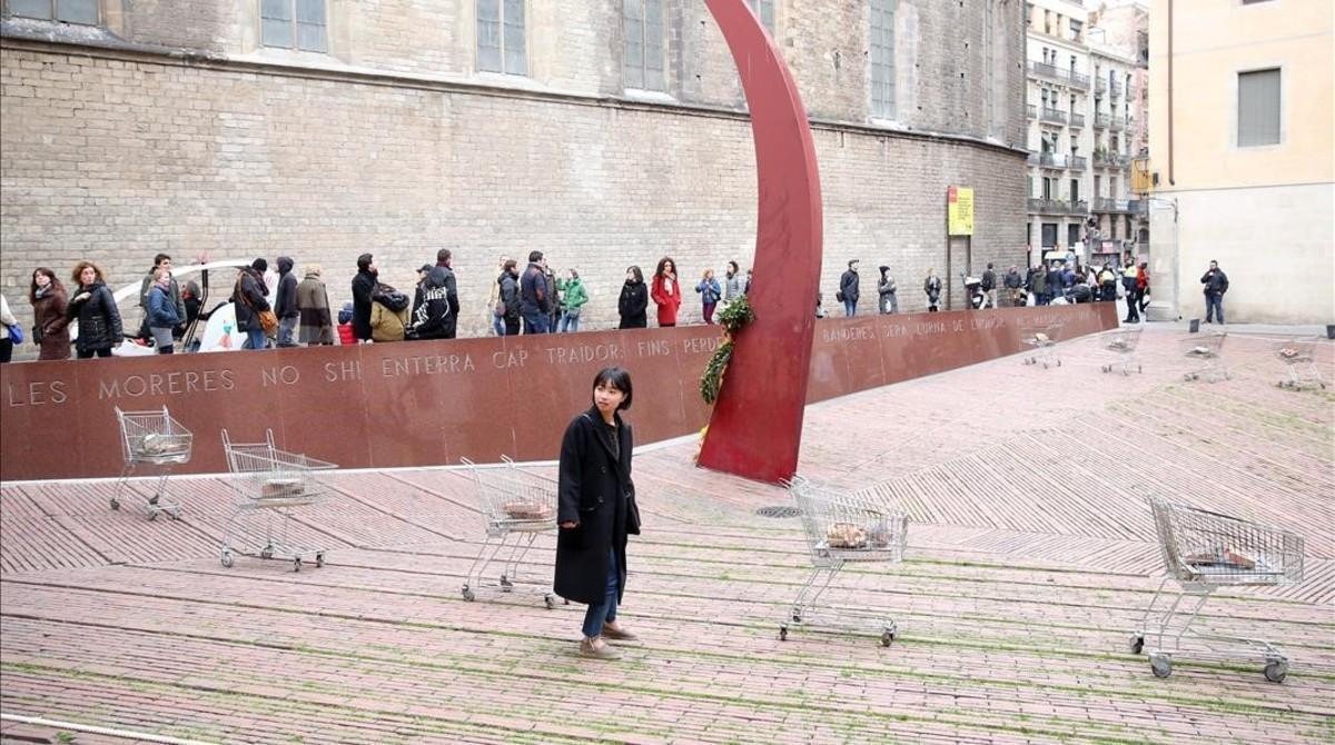 L'ajuntament retira una instal·lació artística amb carros de la compra al Fossar
