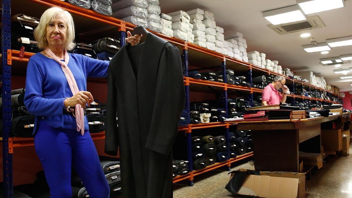 Marta Elpón, sucesora en el negocio, muestra una de las togas a medida, en el local de la calle de Entença.