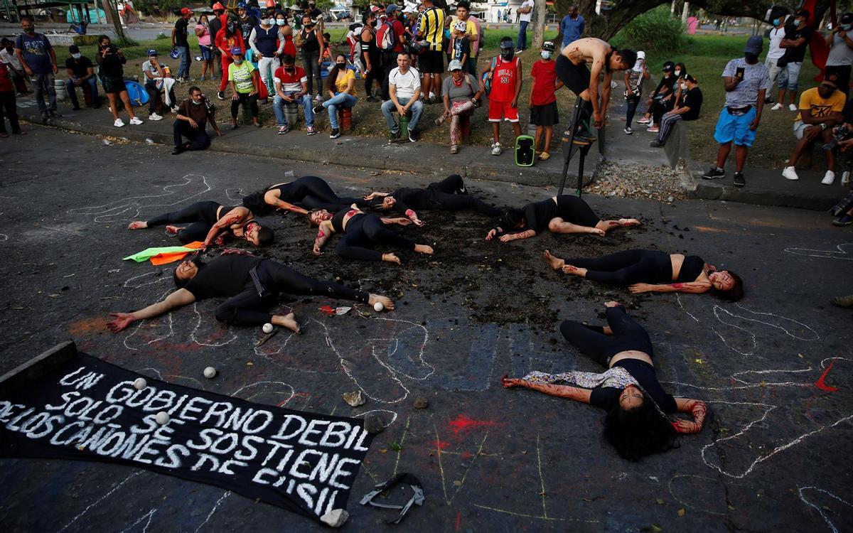 Personas participan hoy en el performance ¿Quién los Mató?, contra la violencia policial.